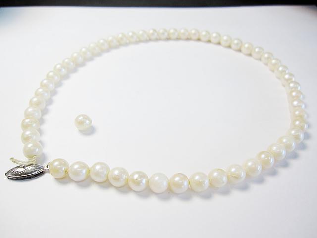 【Before】真珠ネックレスをペンダントとピアスに加工!残りはネックレスで仕立て直しました。